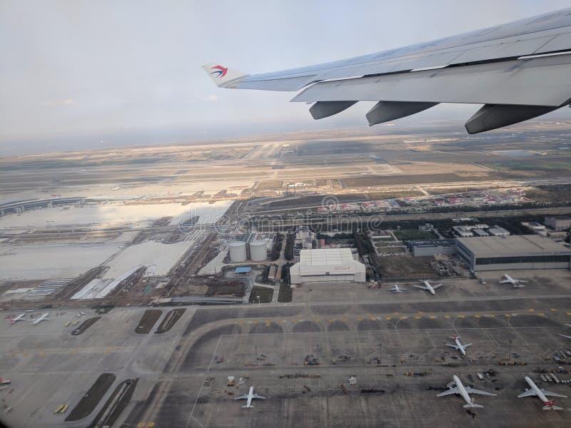 Vista do aeroporto de pudong a partir do avião de shanghai china foto de stock royalty free