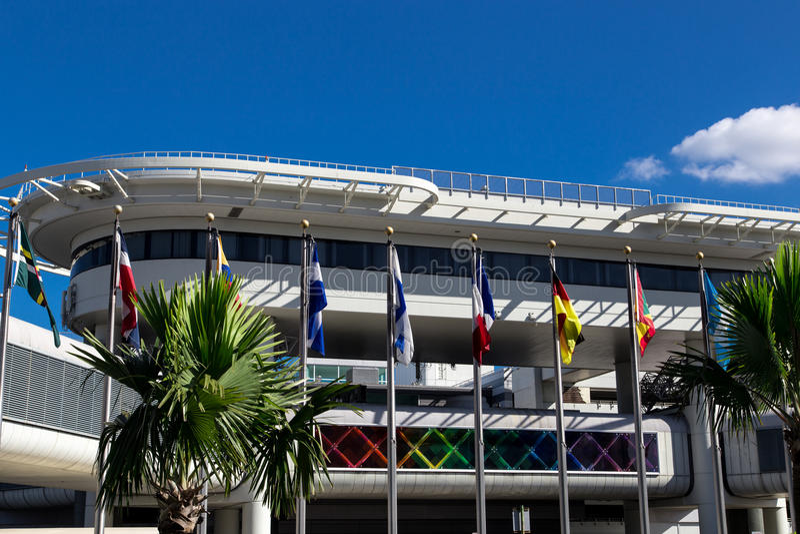 Vista do aeroporto internacional de Miami com bandeiras fotografia de stock