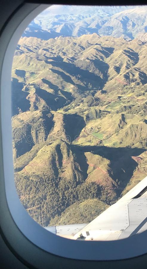 Vista do aeroporto que chega a Cuzco, Peru foto de stock