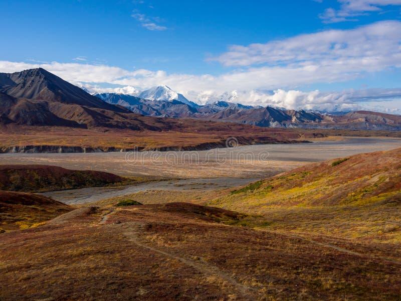 Vista do Alasca da montanha no outono, parque nacional de Denali foto de stock