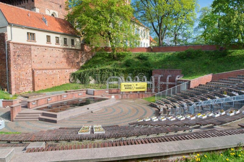 Vista do anfiteatro para o castelo de bispos de Warmian em Olsztyn no Polônia fotografia de stock