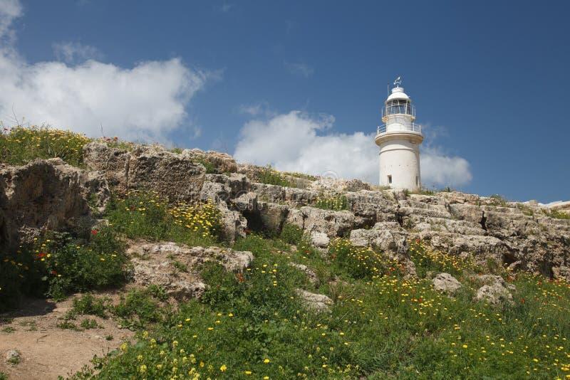 Vista do anfiteatro velho do farol Paphos Chipre imagens de stock