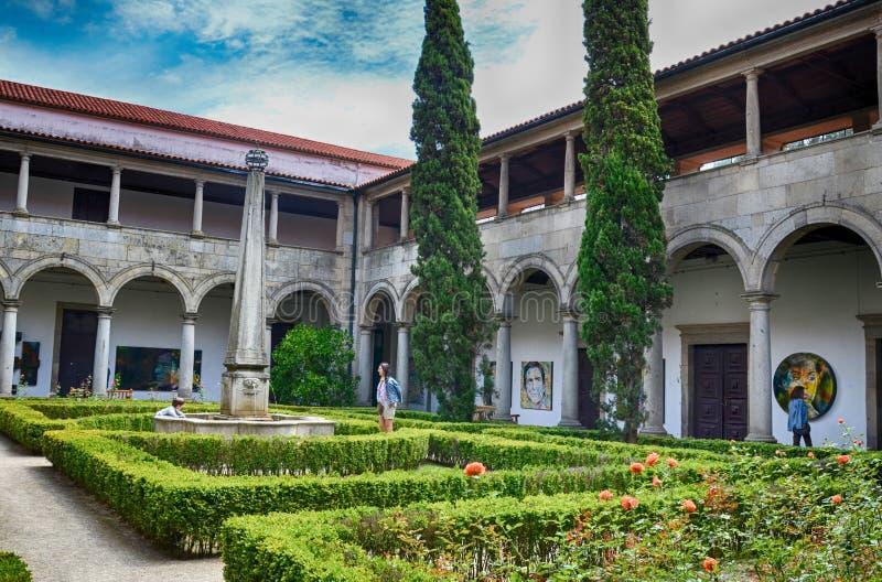 Vista do antigo convento de Santa Clara do século XVI da câmara municipal agora em Guimaraes, região norte, Portugal imagem de stock