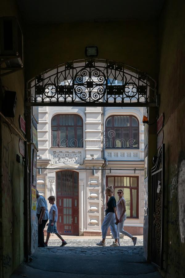 Vista do arco escuro da entrada à rua brilhante Celebrações do fim de semana imagem de stock royalty free