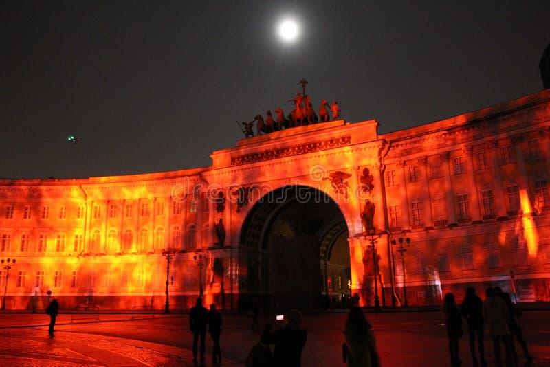 Vista do arco do estado maior geral durante a celebração do festival do feriado da cidade de luzes fotografia de stock