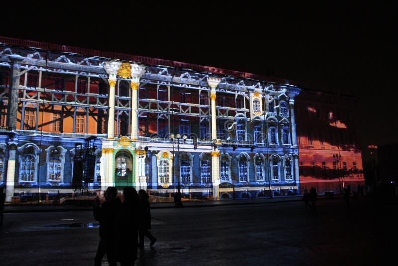 Vista do arco do estado maior geral durante a celebração do festival do feriado da cidade de luzes imagens de stock