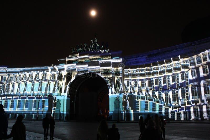 Vista do arco do estado maior geral durante a celebração do festival do feriado da cidade de luzes fotografia de stock royalty free
