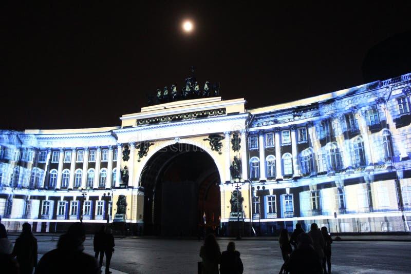 Vista do arco do estado maior geral durante a celebração do festival do feriado da cidade de luzes imagem de stock royalty free