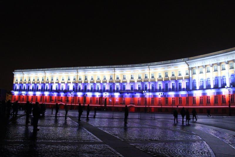 Vista do arco do estado maior geral durante a celebração do festival do feriado da cidade de luzes imagem de stock