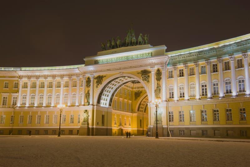 Vista do arco do estado maior geral que constrói em janeiro a noite St Petersburg foto de stock