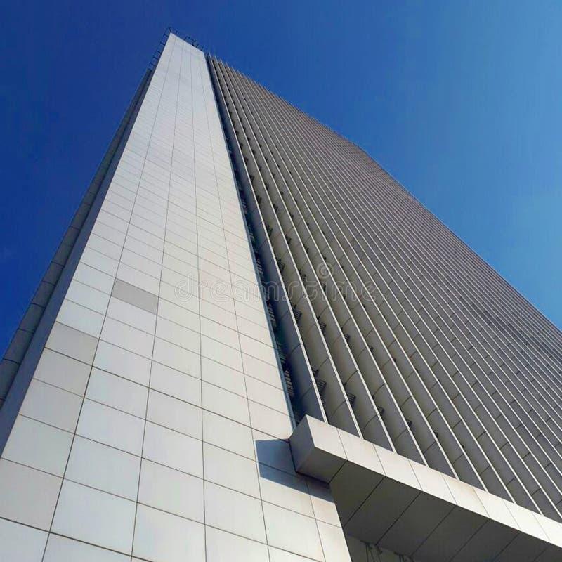 Vista do arranha-céus da construção alta tomado da parte inferior fotos de stock