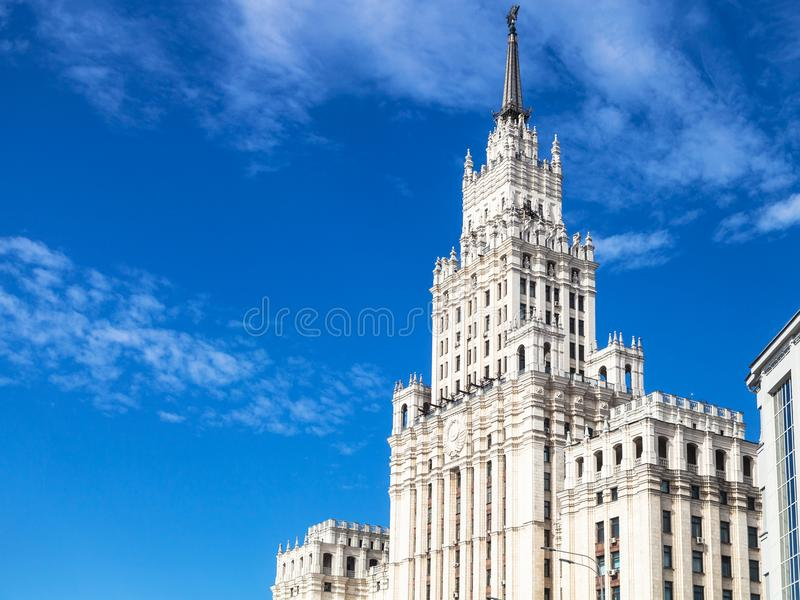 Vista do arranha-céus velho na cidade de Moscou fotografia de stock