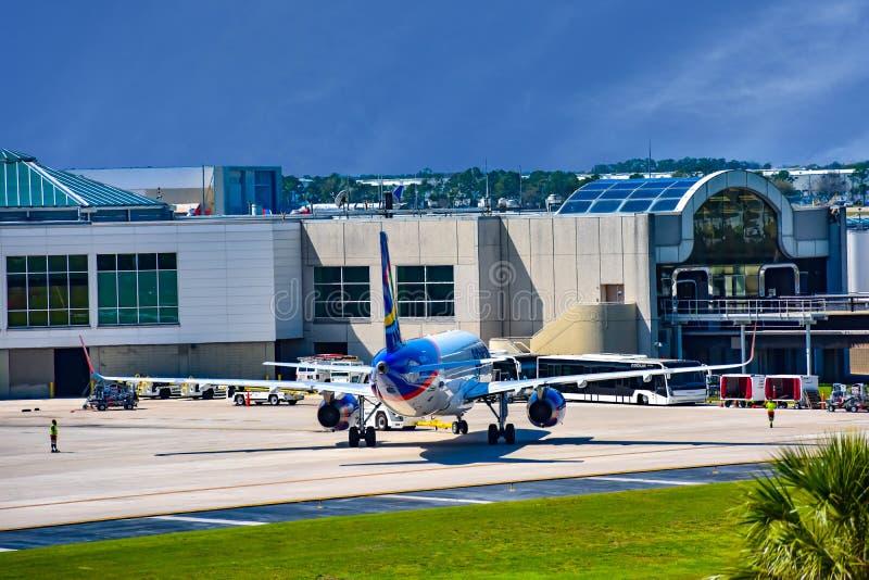 Vista do avião de Spirit Airlines NK na porta em Orlando International Airport MCO 2 foto de stock