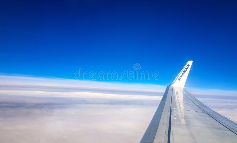 a vista do avião na altura do cruzeiro do céu azul com vista da asa do avião e na parte mais inferior da fotografia é fotos de stock royalty free