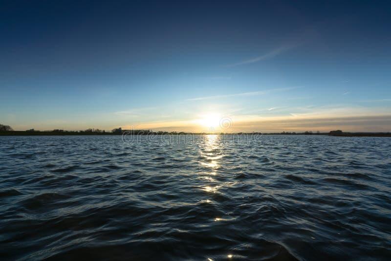 Vista do baixo ponto sobre a água rippling de um rio foto de stock royalty free