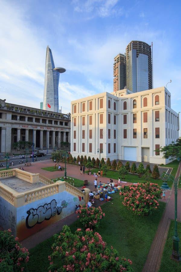 Vista do banco de Vietname no centro do centro com construções através do rio Ho Chi Minh City de Saigon do beira-rio fotos de stock royalty free