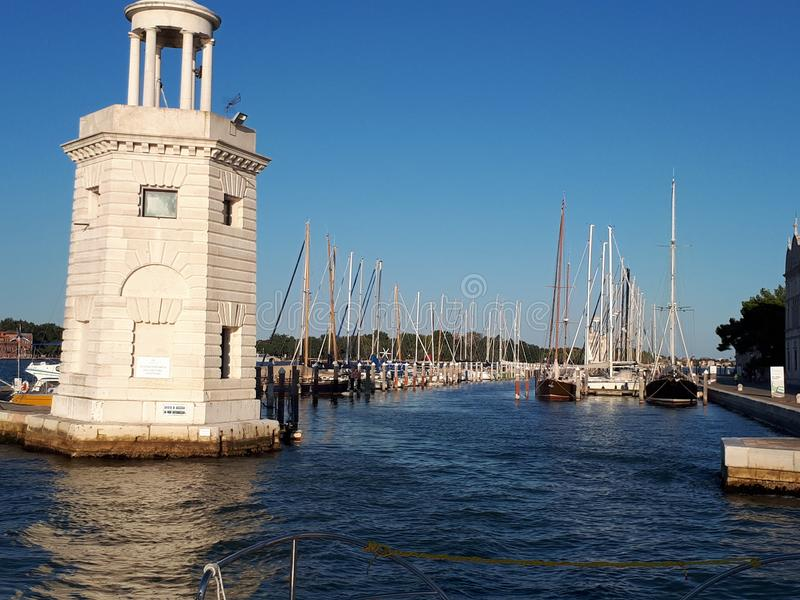 vista do barco ao cais em Veneza fotografia de stock