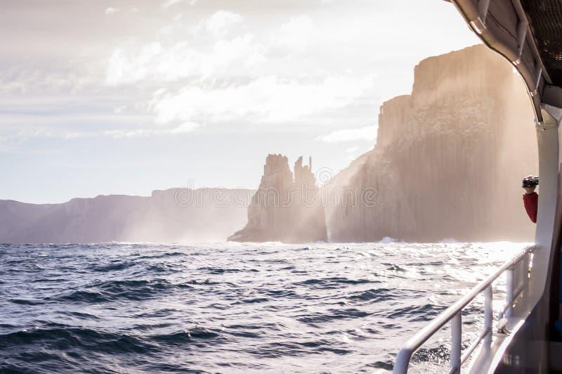 Vista do barco da excursão na ilha de Tasman, Tasmânia, Austrália foto de stock