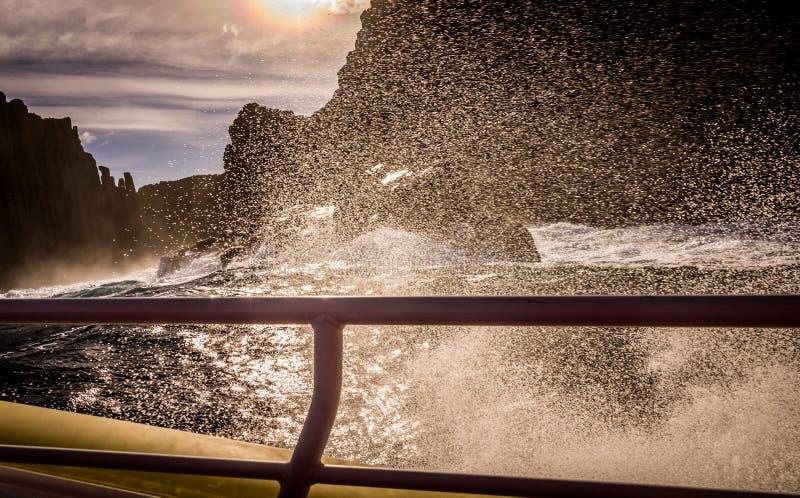 Vista do barco da excursão na ilha de Tasman, Tasmânia, Austrália fotos de stock