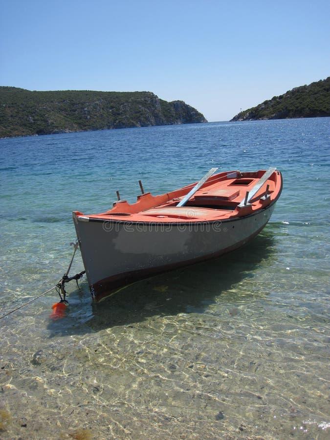 Vista do barco de madeira velho amarrado em pouca ba?a foto de stock royalty free