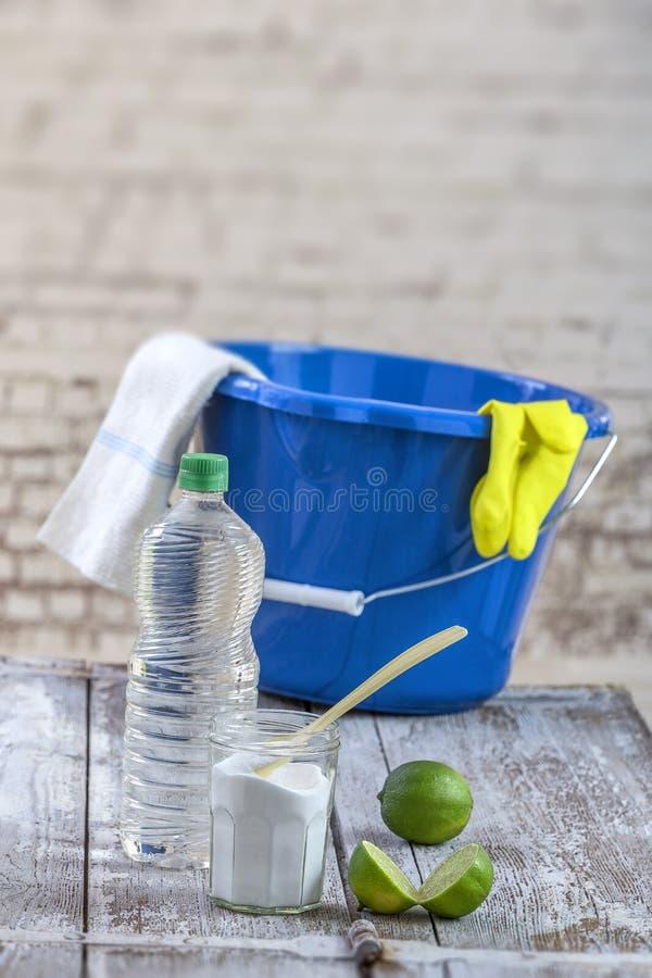 Vista do bicarbonato de sódio com, azul, cubeta, espanador, luvas, limão, vinagre, luva, mistura natural, para a limpeza eficaz d imagem de stock royalty free