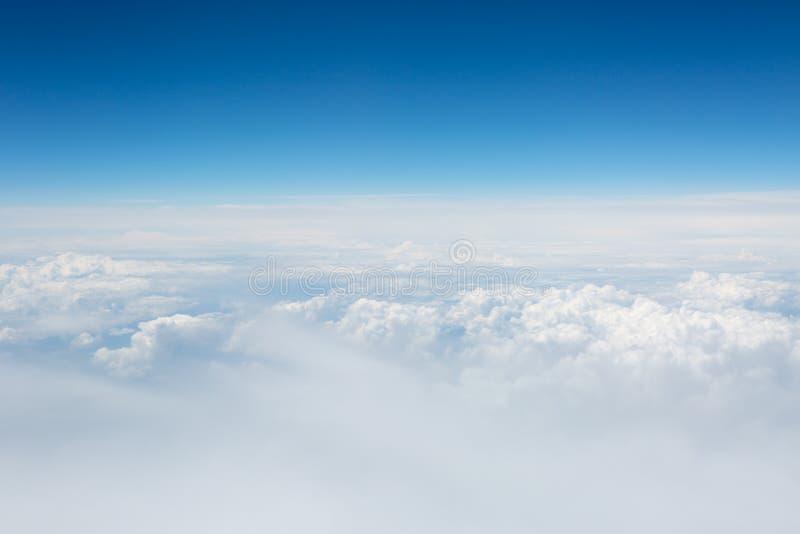 Vista do céu e das nuvens do avião fotografia de stock