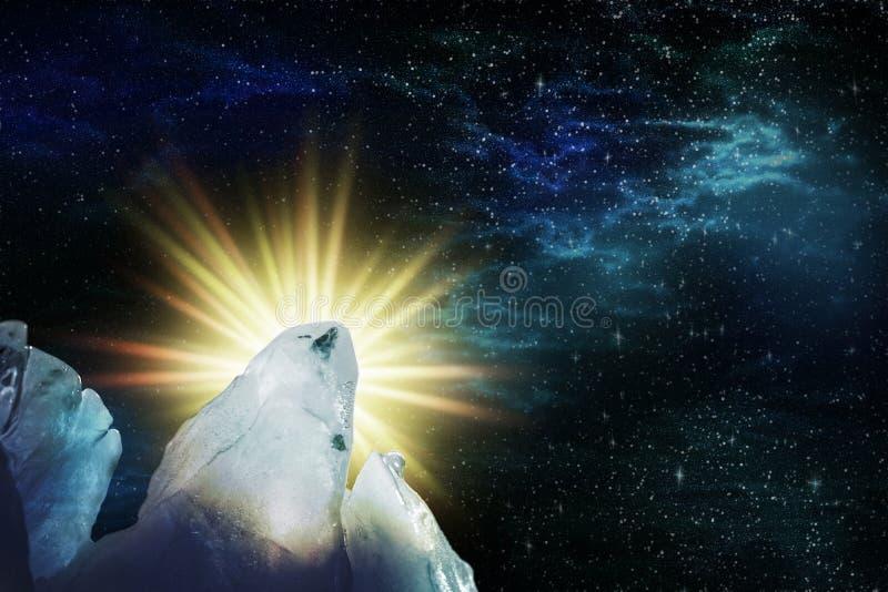 Vista do céu estrelado da noite com aurora boreal e uma estrela brilhante de aumentação através dos picos gelados, ilustração ilustração royalty free