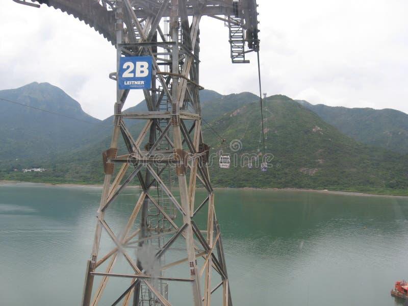 Vista do cabo aéreo do sibilo de Ngong, Tung Chung, ilha de Lantau, Hong Kong foto de stock