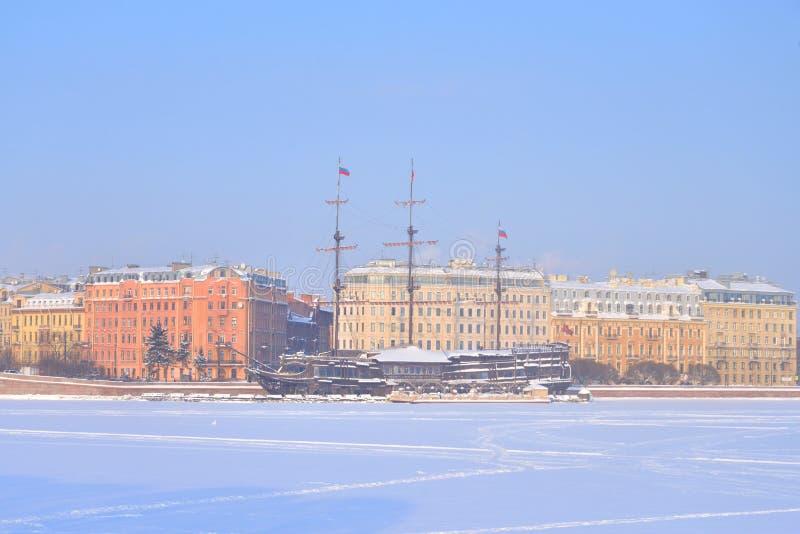 Vista do cais de Mytninskaya no lado de Petrograd imagem de stock
