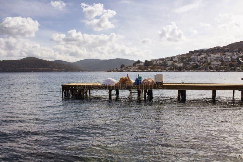Vista do cais e de redes de pesca de madeira imagem de stock royalty free