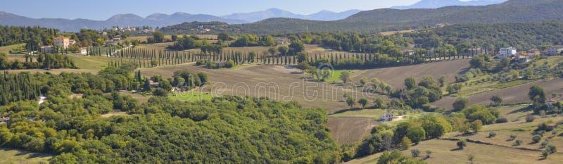 Vista do campo italiano característico Cena rural no abrandamento foto de stock royalty free