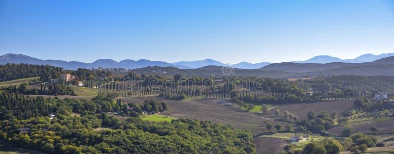 Vista do campo italiano característico Cena rural no abrandamento imagens de stock