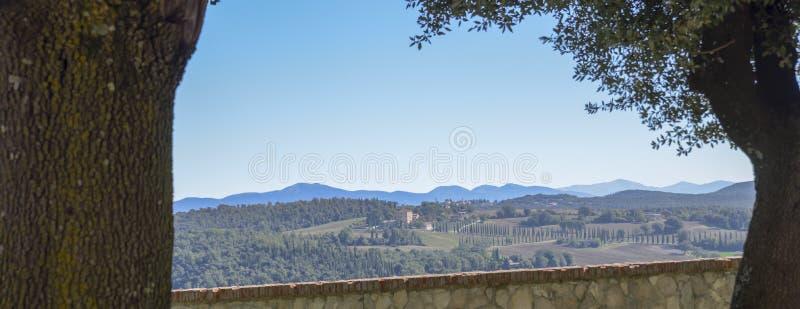 Vista do campo italiano característico Cena rural no abrandamento belvedere foto de stock royalty free