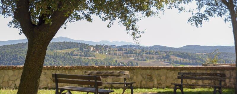Vista do campo italiano característico Cena rural no abrandamento Belvedere com bancos fotos de stock