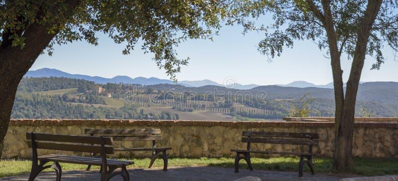 Vista do campo italiano característico Cena rural no abrandamento Belvedere com bancos imagens de stock royalty free