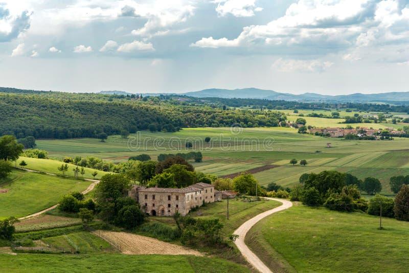 Vista do campo Tuscan dos muralhas de Monteriggioni na província de Siena foto de stock royalty free