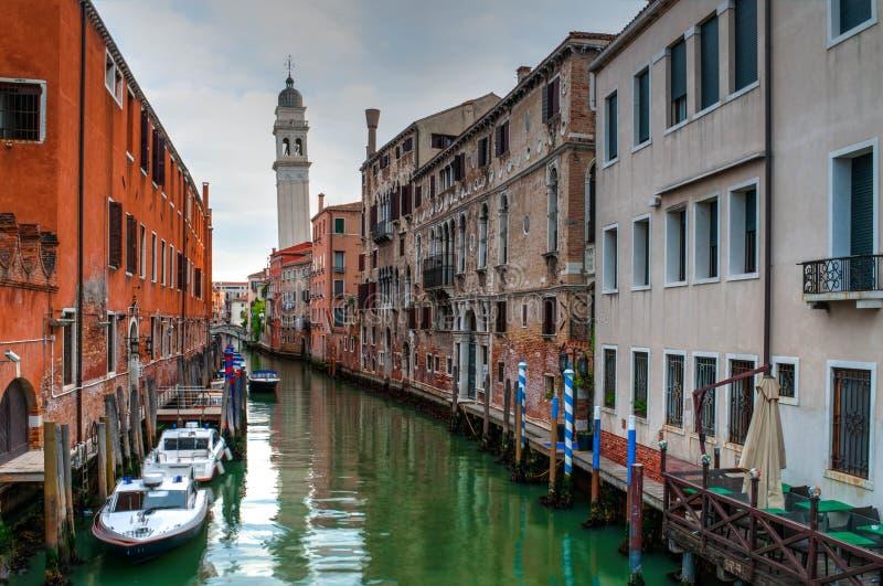 Vista do canal com barcos e gôndola em Veneza, Itália foto de stock