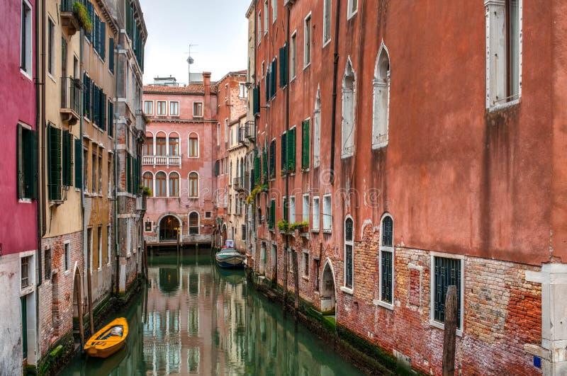 Vista do canal com barcos e gôndola em Veneza, Itália fotografia de stock