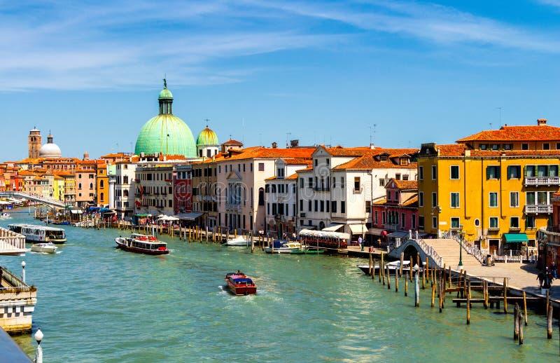 Vista do canal com barcos e gôndola em Veneza, Itália Veni fotos de stock