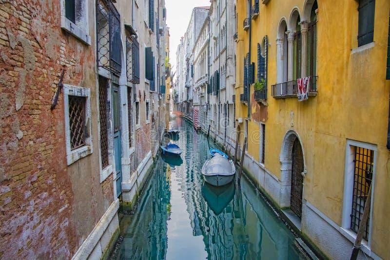 Vista do canal com os barcos em Veneza, Itália Veneza é um destino popular do turista de Europa imagens de stock
