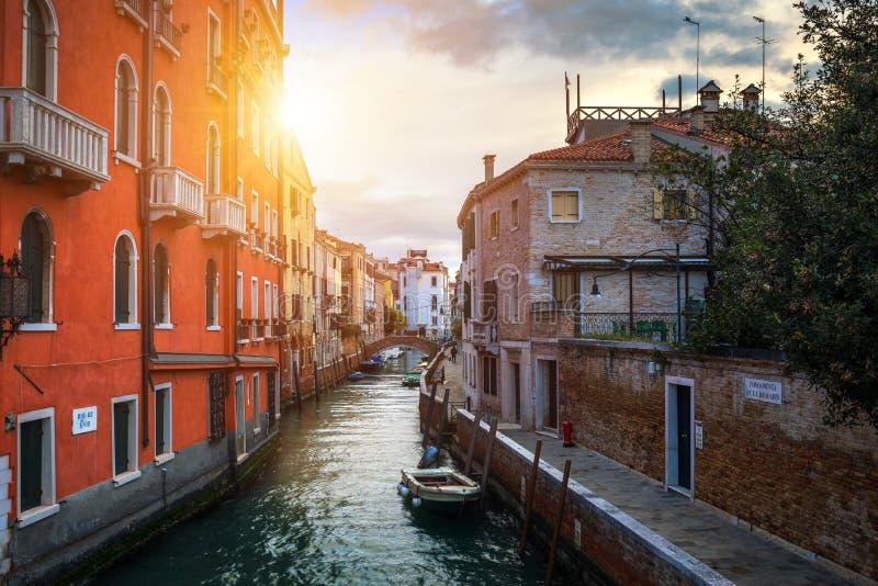 Vista do canal da rua em Veneza, Itália Fachadas coloridas do foto de stock royalty free