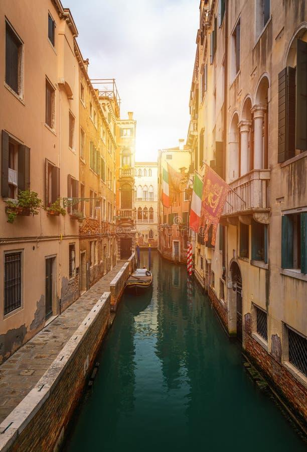 Vista do canal da rua em Veneza, Itália Fachadas coloridas do foto de stock