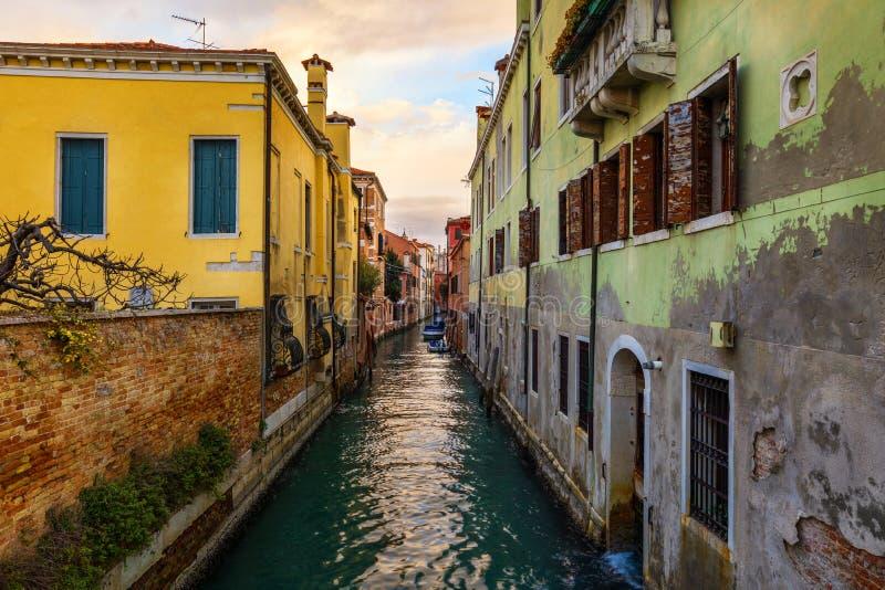 Vista do canal da rua em Veneza, Itália Fachadas coloridas do fotos de stock royalty free