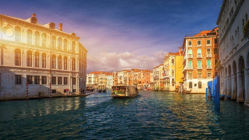 Vista do canal da rua em Veneza, Itália Fachadas coloridas do imagem de stock royalty free