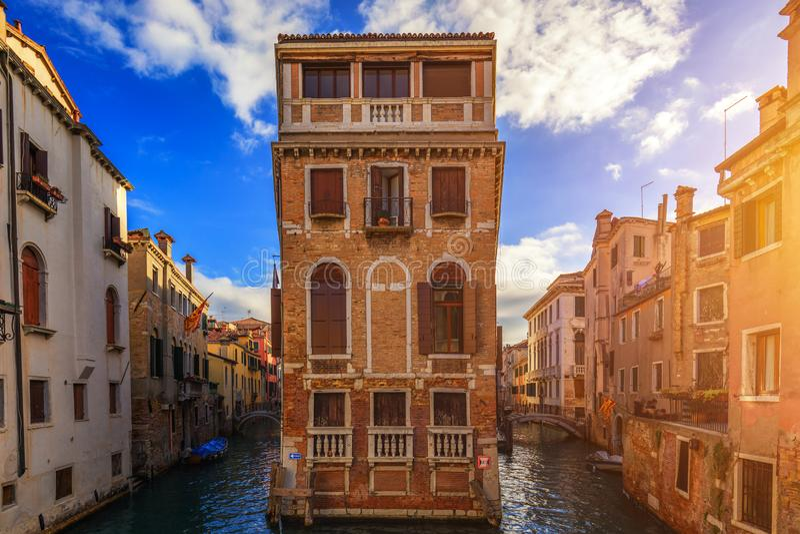 Vista do canal da rua em Veneza, Itália Fachadas coloridas de casas velhas de Veneza Veneza é um destino popular do turista de foto de stock