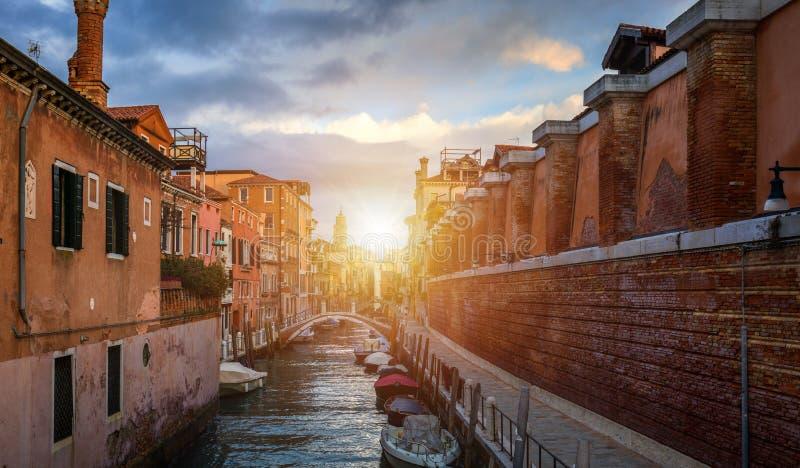 Vista do canal da rua em Veneza, Itália Fachadas coloridas de casas velhas de Veneza Veneza é um destino popular do turista de imagem de stock royalty free