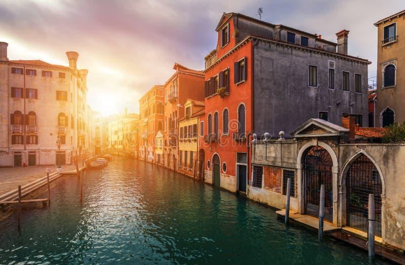 Vista do canal da rua em Veneza, Itália Fachadas coloridas de casas velhas de Veneza Veneza é um destino popular do turista de imagem de stock