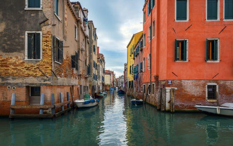 Vista do canal da rua em Veneza, Itália Fachadas coloridas de casas velhas de Veneza Veneza é um destino popular do turista de fotografia de stock