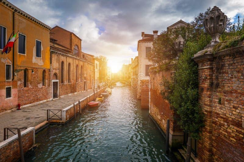 Vista do canal da rua em Veneza, It?lia Fachadas coloridas de casas velhas de Veneza Veneza ? um destino popular do turista de imagens de stock royalty free