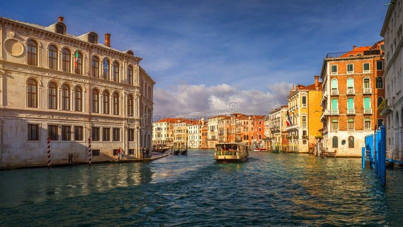 Vista do canal da rua em Veneza, It?lia Fachadas coloridas de casas velhas de Veneza Veneza ? um destino popular do turista de foto de stock